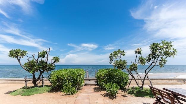 Spiaggia di hua hin in una bella giornata, provincia di prachuap khiri khan, thailandia