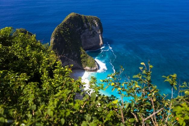 Spiaggia di kelingking sull'isola di nusa penida in indonesia