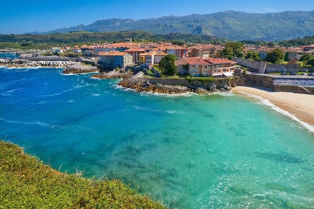 Spiaggia di llanes el sablon nelle asturie in spagna