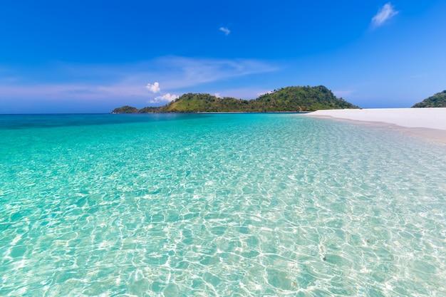 Spiaggia di paradiso e il cielo blu all'isola di khai nella provincia di satun, thailandia