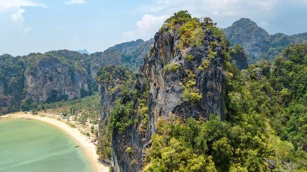 Spiaggia di railay in tailandia, provincia di krabi, veduta aerea dell'uccello delle spiagge tropicali di railay e pranang con rocce e palme, costa del mare delle andamane dall'alto
