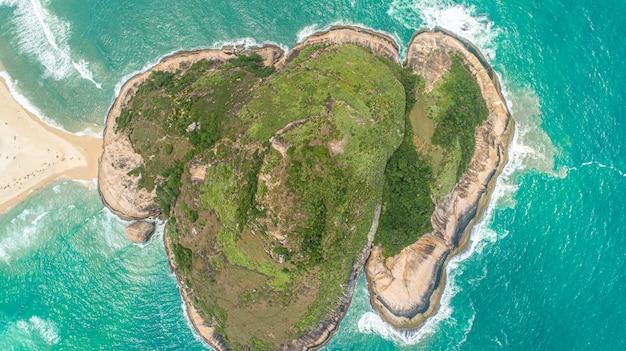 Spiaggia di recreio con pontal rock nell'oceano, pedra do pontal, rio de janeiro, brasile