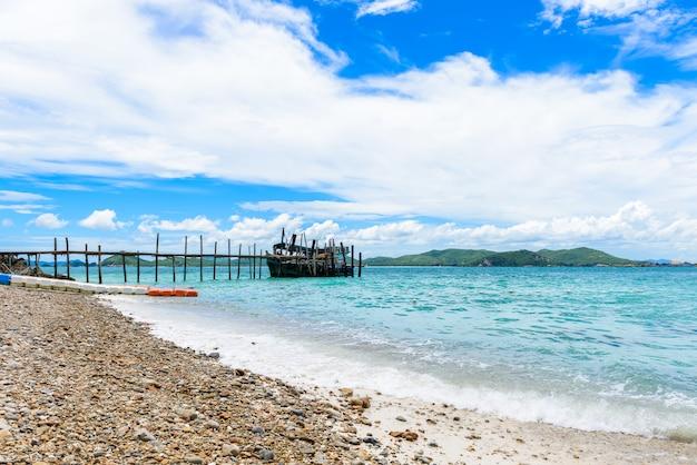 Spiaggia di sabbia bianca con mare blu su kohkham.