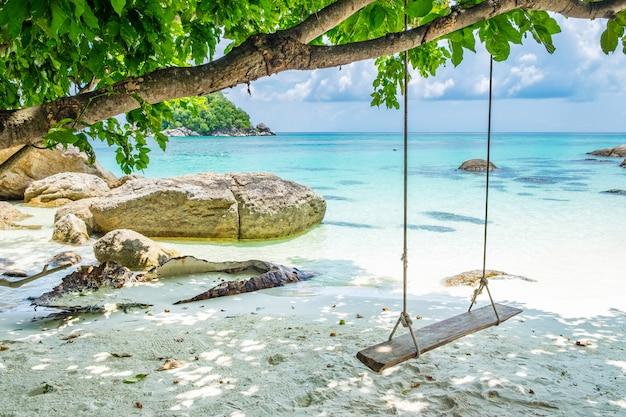 Spiaggia di sabbia bianca con mare tranquillo bellissimo altalena in legno