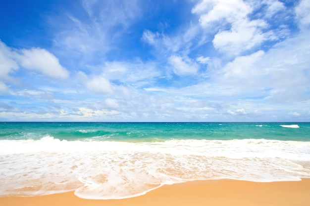 Spiaggia di sabbia bianca con perfect sunny sky a phuket tailandia