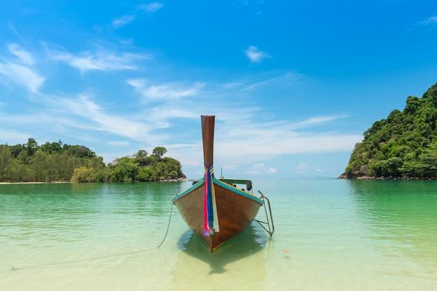 Spiaggia di sabbia bianca e barca a coda lunga a kham-tok island (koh-kam-tok
