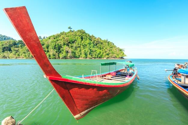Spiaggia di sabbia bianca e crogiolo di long-tail all'isola di kham-tok (koh-kam-tok), la bella provincia di ranong del mare, tailandia.