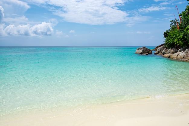 Spiaggia di sabbia bianca e mare cristallino color smeraldo