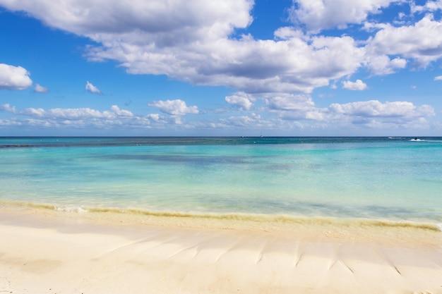Spiaggia di sabbia bianca e onde sulla costa