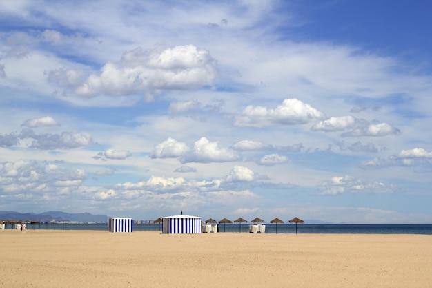 Spiaggia di sabbia di malvarrosa in cielo blu di valencia spagna