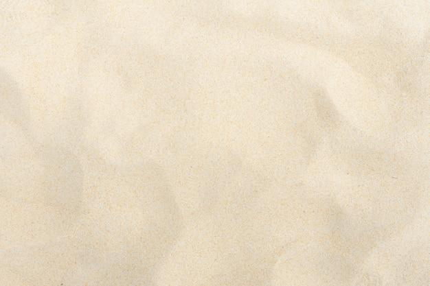 Spiaggia di sabbia fine sotto il sole estivo