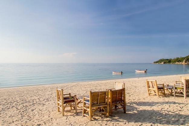 Spiaggia di sabbia tropicale all'alba