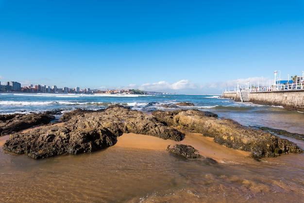 Spiaggia di san lorenzo e turista che cammina su una passeggiata in una giornata di sole