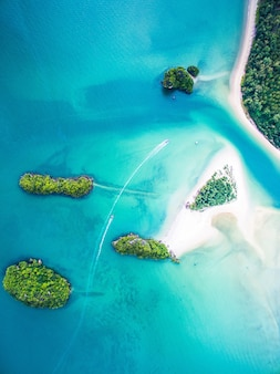 Spiaggia di sirithan (sandy island) a ao nang, tailandia