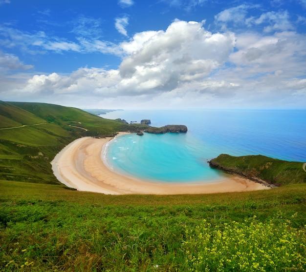 Spiaggia di torimbia nelle asturie vicino a llanes in spagna