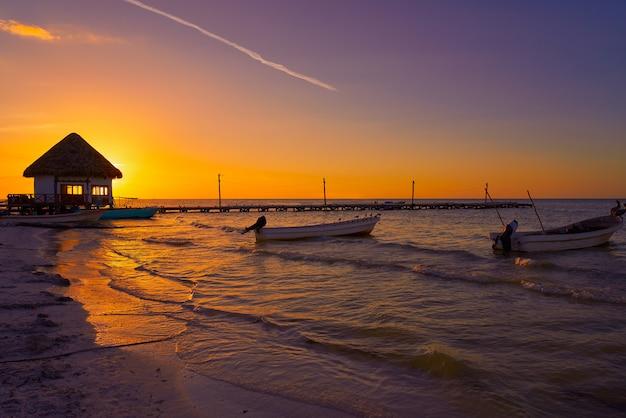Spiaggia di tramonto della capanna del pilastro dell'isola di holbox nel messico