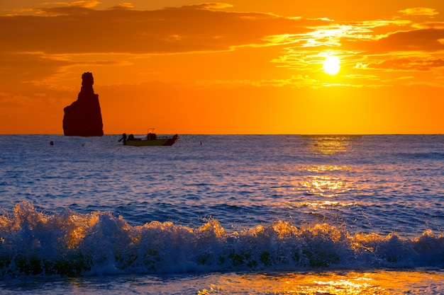 Spiaggia di tramonto di ibiza cala benirras a san juan a balearic
