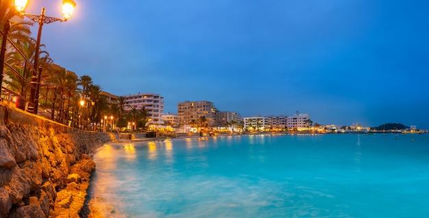 Spiaggia di tramonto di santa eulalia di ibiza in balearics