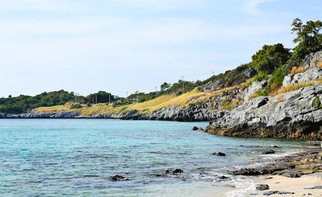 Spiaggia di tumpung all'isola di sichang, chonburi, tailandia.