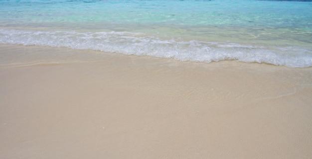 Spiaggia e cielo blu calmi con il mare blu dell'onda al rok del koh, krabi, tailandia