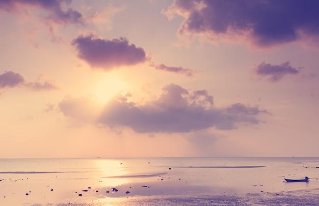 Spiaggia e cielo d'annata al crepuscolo