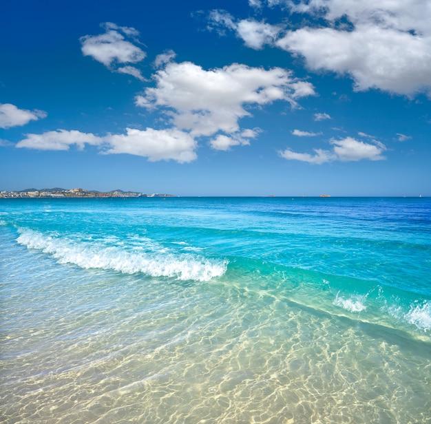 Spiaggia ibiza playa d en bossa nelle isole baleari