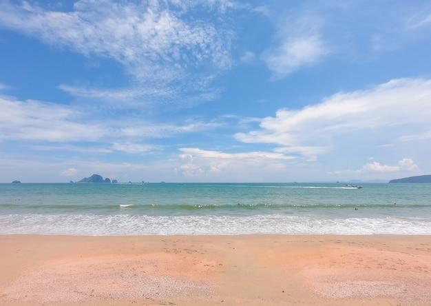 Spiaggia in estate con cielo blu.