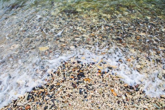 Spiaggia piena di ciottoli