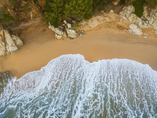 Spiaggia piena di rocce e onde in spagna