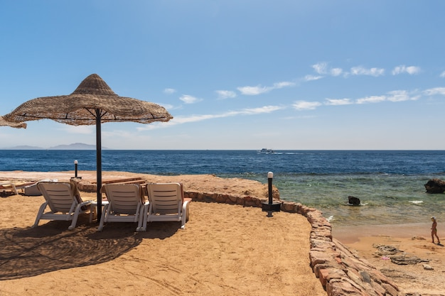 Spiaggia presso l'hotel di lusso, sharm el sheikh, egitto