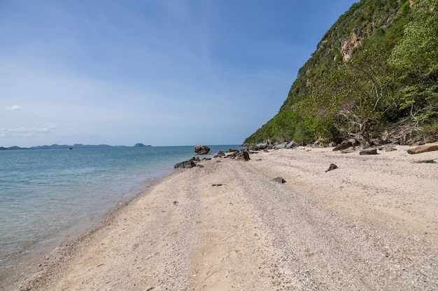 Spiaggia rocciosa e sabbiosa, paesaggio dell'isola di koram, sam roi yod national park, provincia di prachuap khiri khan, tailandia