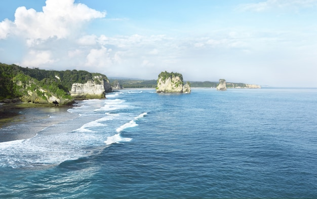 Spiaggia rocciosa, sumba, indonesia