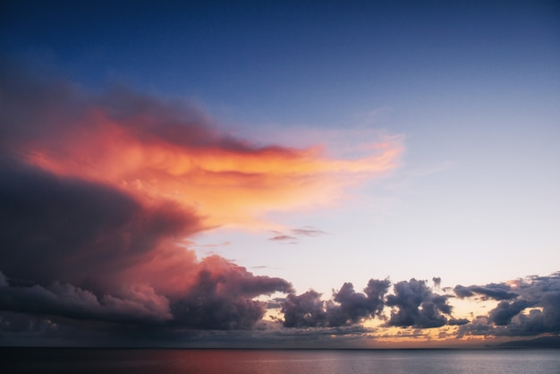 Spiaggia stupefacente della tailandia della forma di tramonto.