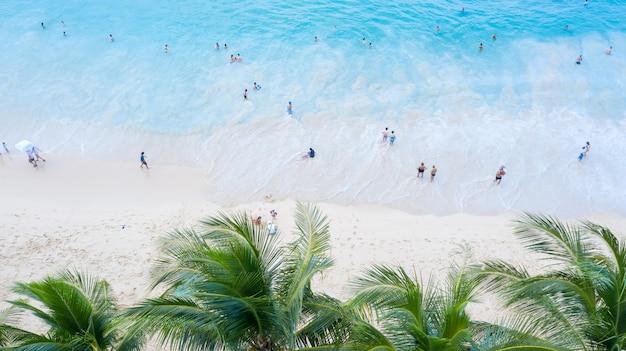 Spiaggia surin a phuket, nel sud della thailandia, la spiaggia surin è una destinazione turistica molto famosa a phuket, bellissima spiaggia. vista della bella spiaggia tropicale con palme intorno. concetto di vacanza e vacanza.
