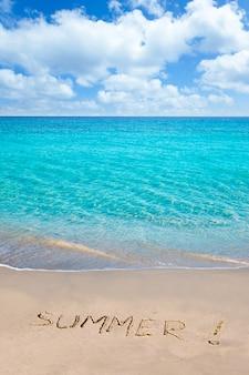 Spiaggia tropicale con la parola di estate scritta in sabbia