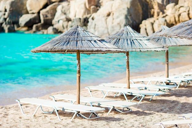 Spiaggia tropicale con ombrelloni