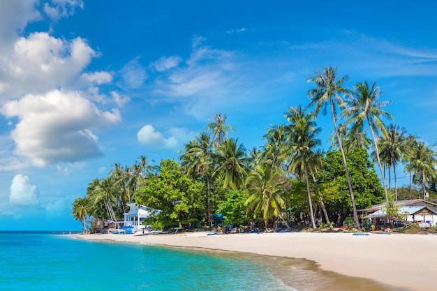 Spiaggia tropicale con palme sull'isola di koh samui, thailandia