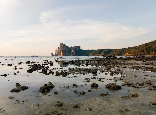 Spiaggia tropicale dell'isola con il paesaggio di bassa marea. il livello dell'acqua è calato e ha visto il fondo dell'oceano