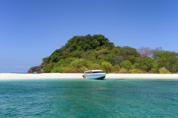 Spiaggia tropicale di sabbia bianca del mare e barca a koh kai