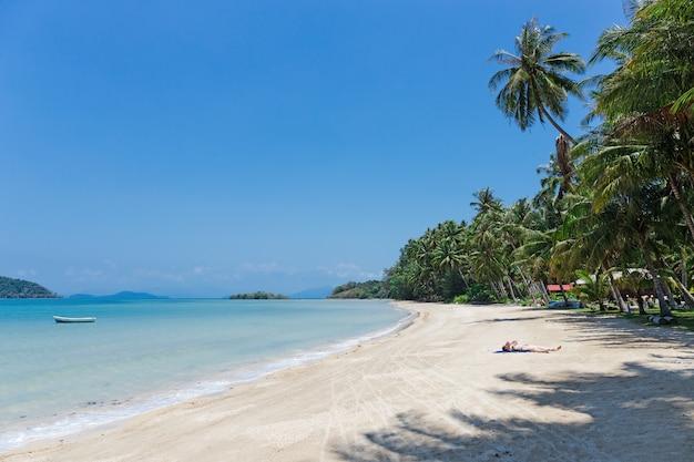 Spiaggia tropicale di sabbia