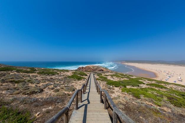 Spiaggia tropicale perfetta per trascorrere pomeriggi estivi in algarve, portogallo
