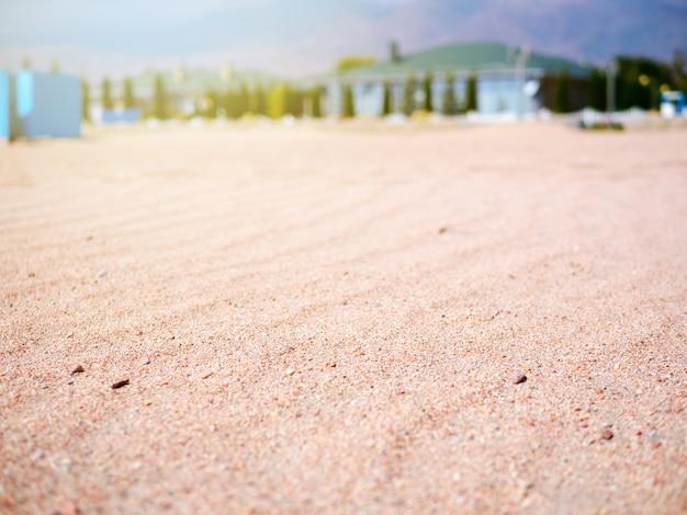 Spiaggia vuota con resort di mare blu tropicale