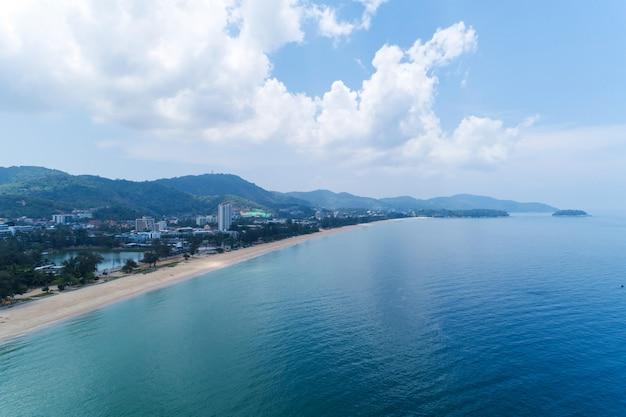 Spiaggia vuota sulla spiaggia di karon, phuket, tailandia, nel 1 ° maggio 2020 spiaggia chiusa durante l'epidemia di covid-19.