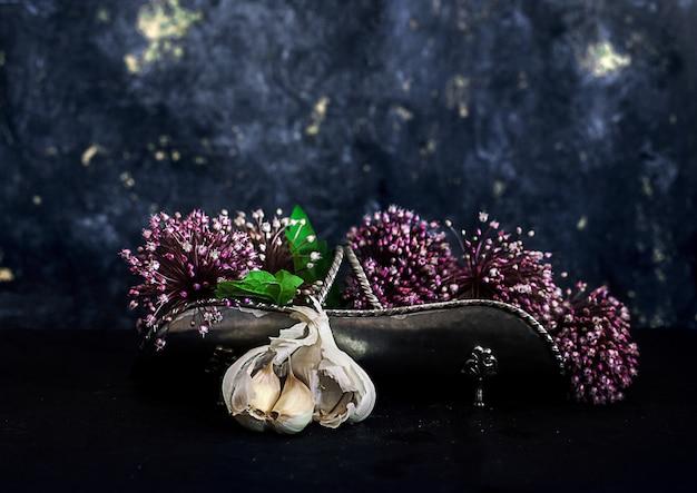 Spicchi d'aglio e fiori di allium