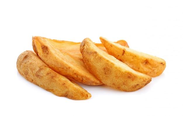 Spicchi di patate fritte isolati