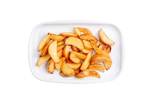 Spicchi di patate sul piatto bianco isolato su sfondo bianco. vista dall'alto