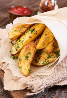 Spicchi di patate sul tavolo di legno