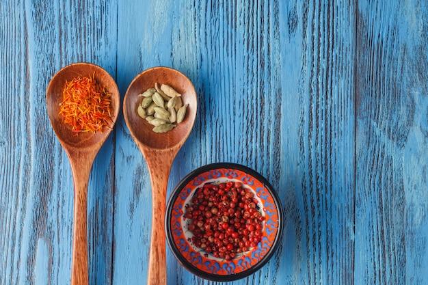 Spicese colorato sul blu