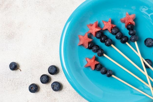 Spiedi della frutta di festa dell'indipendenza di vista superiore sul piatto