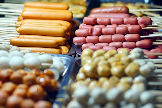 Spiedi di spiedini di carne e salsiccia
